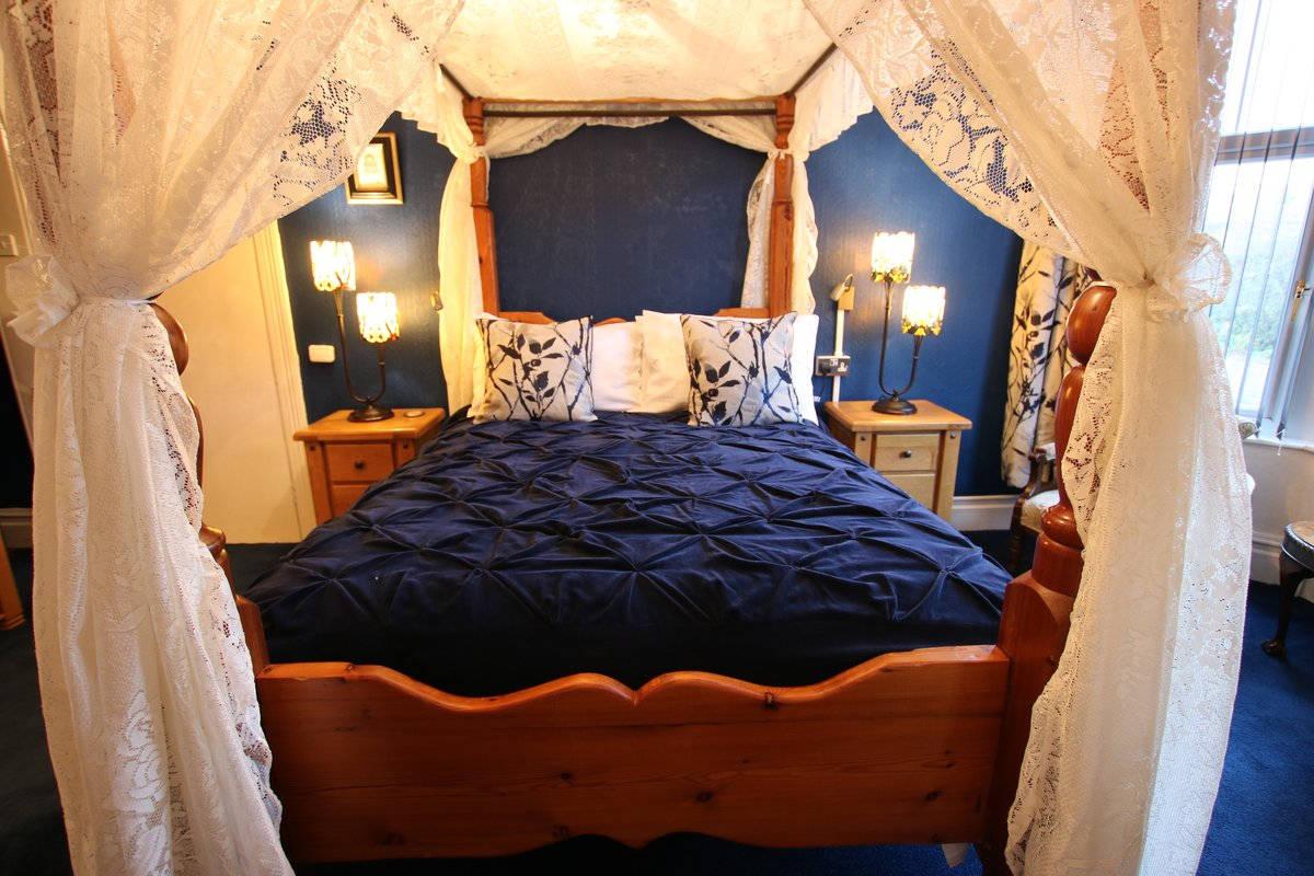 image showing Greylands Guesthouse Llandrindod Four Poster Room Kingfisher 026